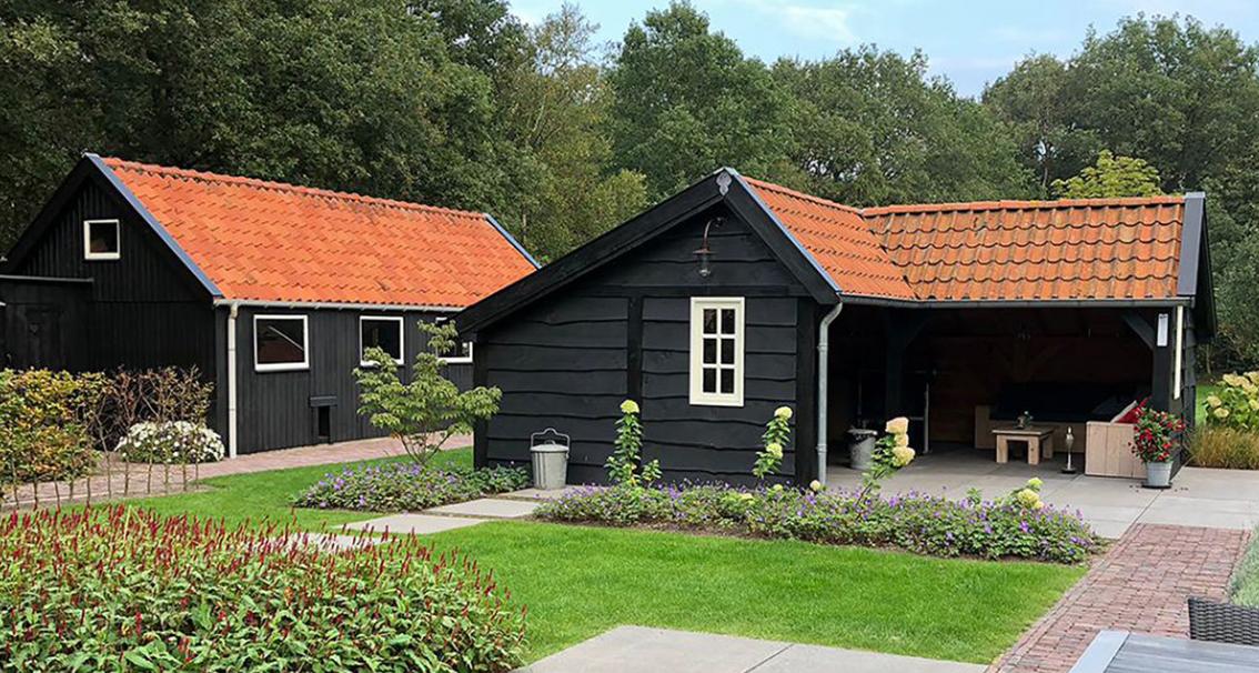 zwart huis geverfd houten huis beits scandinavische verf