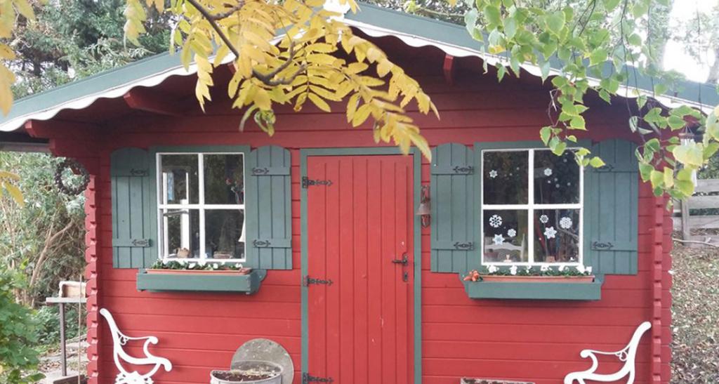 rood huis geverfd houten huis beits scandinavische verf