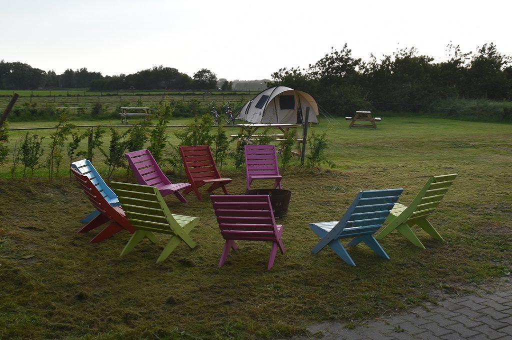 gekleurde buiten stoelen
